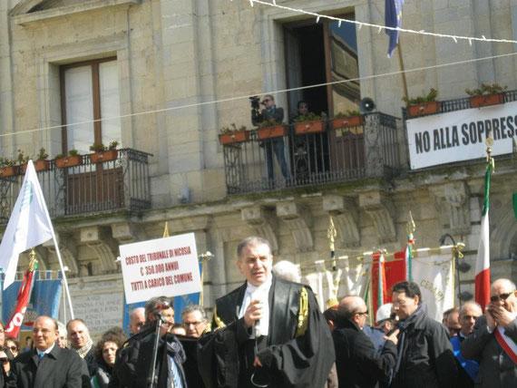 Interventi conclusivi in Piazza Garibaldi-L'Avv. Timpanaro coordina gli interventi ed arringa la folla