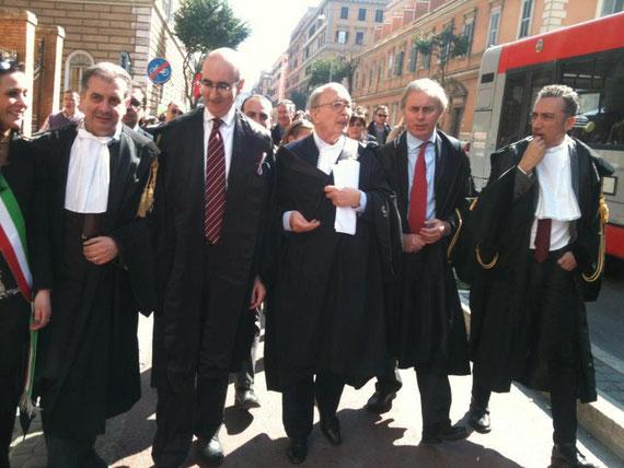 In testa al corteo con a fianco Mauro Vaglio, Presidente dell'Ordine di Roma e Maurizio De Tilla Presidente nazionale dell'OUA