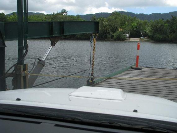 Die Fähre zieht sich am Seil über den Fluß