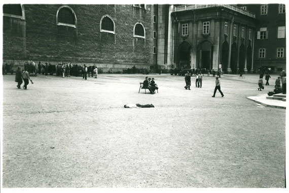intervention in public space      Residenzplatz Salzburg 1981      foto by: Astrid Scheirl