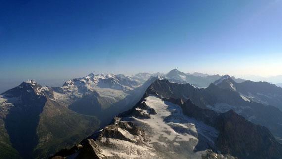 Blick Richtung Lötschenlücke vom Gipfel des Bietschhorns