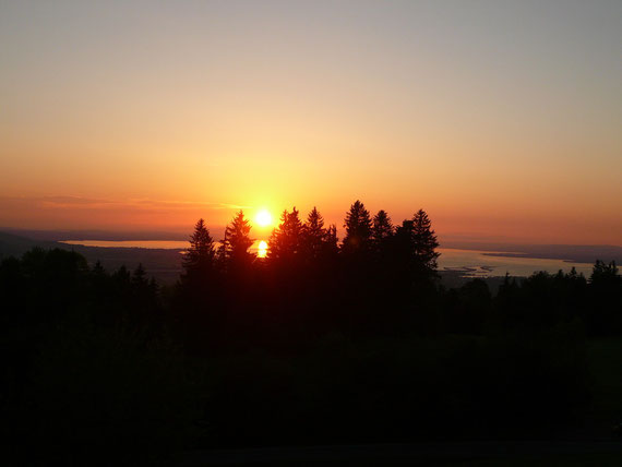 Atemberaubende Aussicht auf das Rheintal und den Bodensee bei Sonnenuntergang