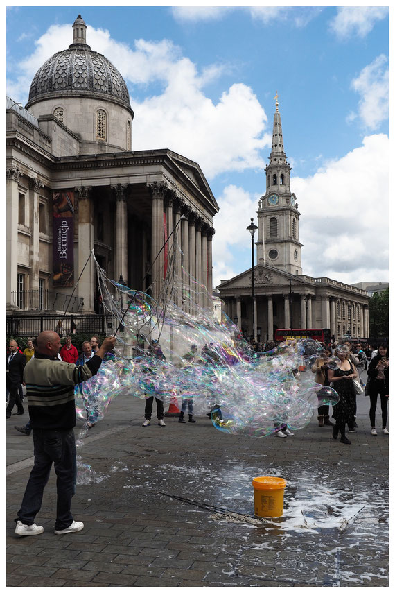 London - Straßenkünstler vor der Nationalgalerie