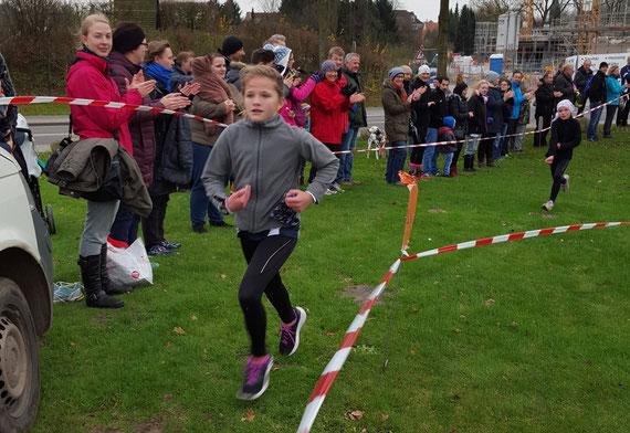 Die Siegerinnen bei den Mädchen: Beim Zieleinlauf sieht  man, dass Lotta es durchaus schon mit ihrer großen Schwester aufnehmen kann.