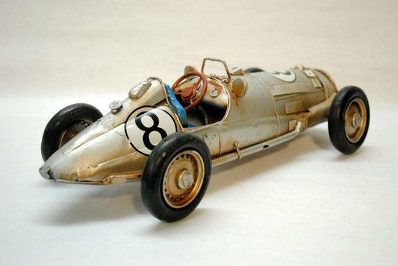 Réplica e un auto de carreras.