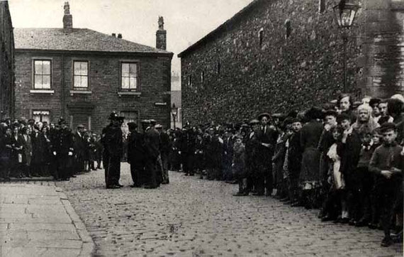 Strike of cotton mill workers in 1920 in Cowell Street in the Nab Lane area