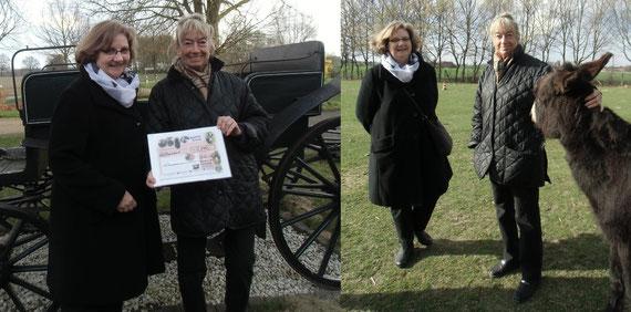 """Zwei Damen des """"Lionsclub Steinhuder Meer"""" bei der Scheckübergabe"""