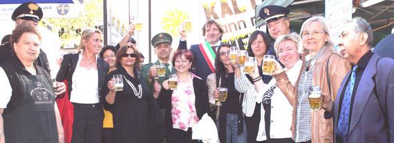Unser Bild zeigt einen Teil des Teams mit VIP Personen vor dem Illinger Pavillion.