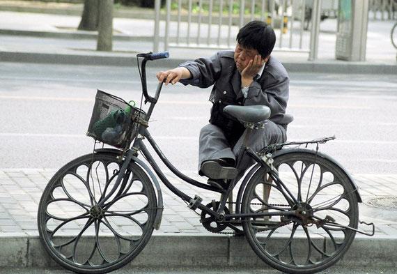 Müder Radfahrer in Beijing