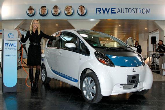 """Carolin Reichert, Leiterin E-Mobility bei der RWE Effizienz, präsentiert das """"e-Drive"""" Paket auf der eCarTec in München"""