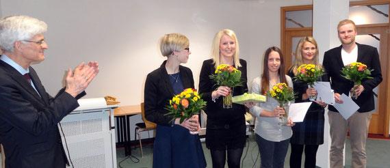 Dr. Johann Sjuts nahm Auszeichnungen vor für die besten Gesamtergebnisse und schriftlichen Arbeiten. Darüber hinaus würdigte er den Einsatz und das Wirken der Personalratsvorsitzenden Nane Bartels (2. v. l.).  Fotos: Ulrichs