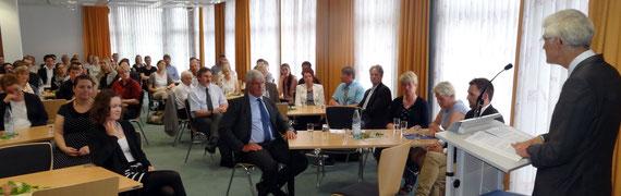 Vor knapp 60 Referendaren und Gästen hob Dr. Johann Sjuts die Bedeutung eines intensiven und disziplinierten Lernprozesses und einer respektvollen Schulkultur hervor. Foto: Ulrichs