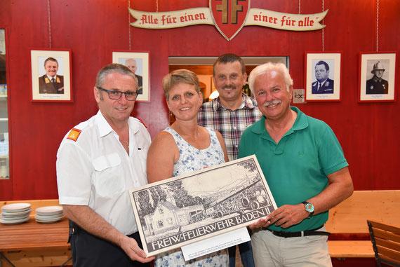 v.l.n.r.: Kommandant LFR Anton Kerschbaumer, Sigrid Kügerl, Reinhold Ploderer und Bgm. Kurt Staska mit einem Bilko-Stich, den Familie Kügler als Dankeschön für die Ausstellungsräumlichkeiten erhielt.