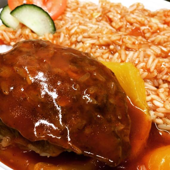 Mittagsgericht Paprikaschote mit würziger Tomatensoße und Reis