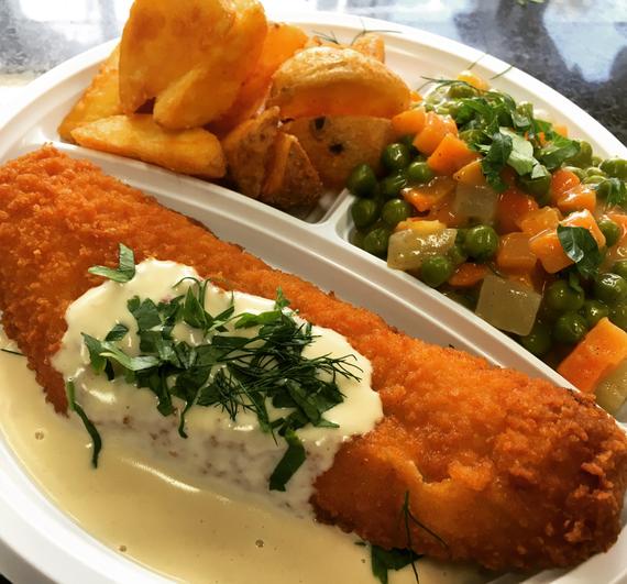 Mittagstisch Seelachsfilet mit Pernod Rahmsoße dazu Buntes Erbsengemüse und Kartoffelkroketten.