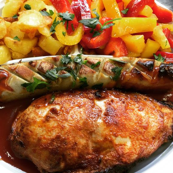Tagesgericht Grillteller Hähnchenfilet mit Würstchen dazu Bratkartoffeln und Paprikasalat