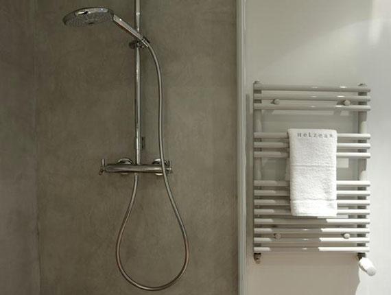 salle de bain en béton ciré en Ile de France dans un immeuble haussmannien