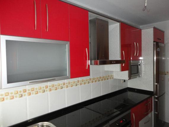 Cocina roja y negra fuensanta cocinas jaen for Cocinas jaen fabrica