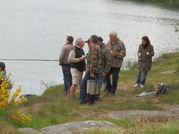 Les  bénévoles des sociétés de pêche de l'AAPPMA offrants le déjeuner
