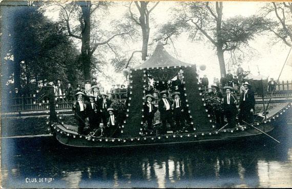 Ansichtkaar van 'Club De Pijp'  in een boot in een (goudse ?!) gracht. Gezien de 'W' op de overkapping lijkt het betrekking te hebben met Koningin Wilhelmina (Jubileum 1938) ?!