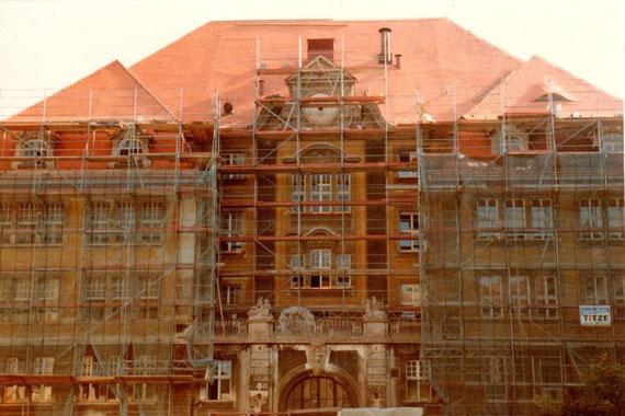 Denkmalgeschützte Dachsanierung mit Biberschwanzziegel Kupfer-Verblechungsarbeiten wie Dachgauben / Dachrinnen / Blechdach