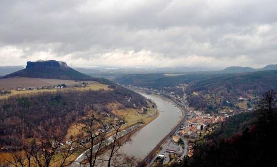 """Blick über Königstein, links der """"Lilienstein"""", der einzige rechtselbische Tafelberg, Symbol des Nationalparks Sächsische Schweiz"""