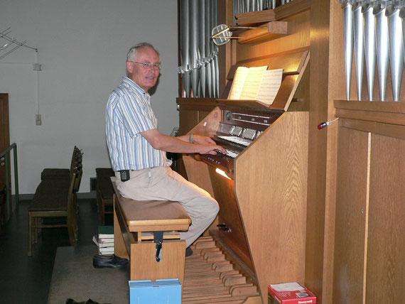 Herr Wirth an der Orgel