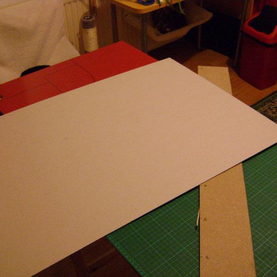 un carton en 3mm, et des bandes plâtrées, chez un magasin d'art pla pour y faire le fond en mousse expansive+plâtre que nous avons découpé (au cutter) à la bonne taille