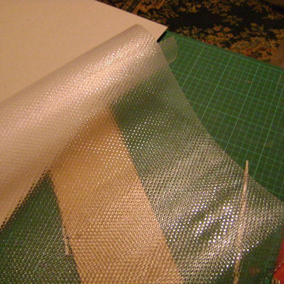 Nous avons également choisi un fond de tiroir pour protéger le fond de la cage de la litière (la face lisse sera placée vers le haut)
