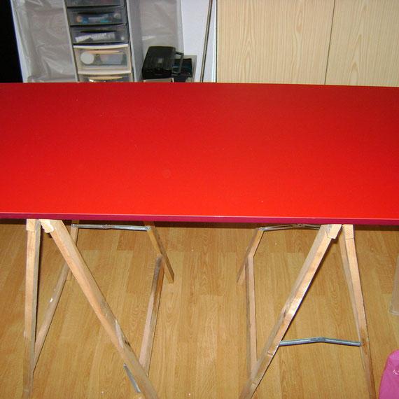 """nous avons trouvé de quoi faire les étages chez """"ik et a"""" dans """"le rayon des trouvailles""""  Parmi la grande variété de planches, nous en avons choisi une rouge avec une bonne épaisseur de plastique (donc vitrifiée d un coté et mate de l'autre): env 1m20/60"""