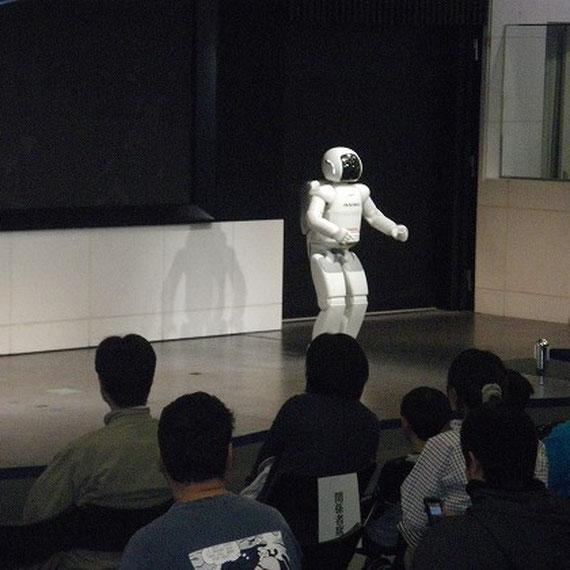 イベント会場ではアシモのショーがありました。スムーズな動きに拍手が出ていました。