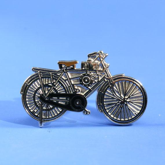 戦後放出された旧軍用無線機の電源エンジンを利用した自転車用補助エンジン。