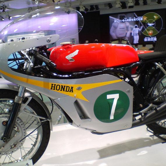 HONDA RC166 (1966) 世界選手権ロード、250ccクラス10戦全勝。メーカーズ/ライダーズ チャンピオン獲得。2年連続タイトル獲得。('67年マン島TT優勝車 No.7 M.ヘイルウッド)