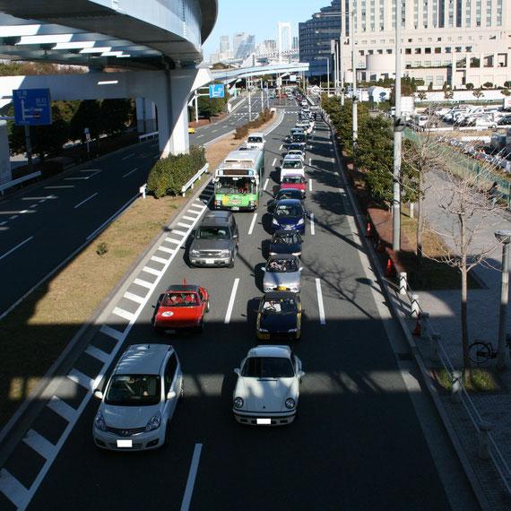 開場の周りは渋滞していました。車を眺めていると70年代にタイムスリップしたような感覚になります。
