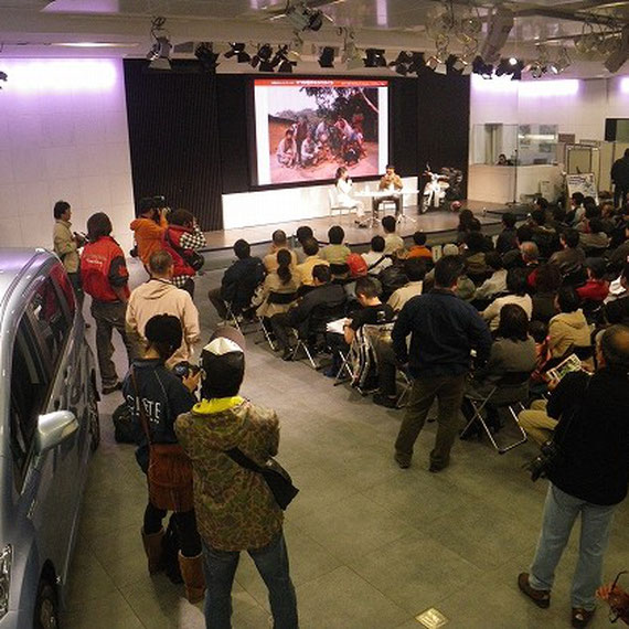 旅行家の藤原 かんいちさんのリトルカブでの世界旅行に関わるトークショーがありました。