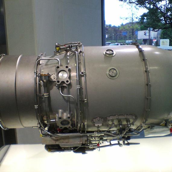 離陸推力2,050ポンド 長さ111.8cm 直径53.8cm オーバーホール間隔5,000時間 第一印象は「小さい」です