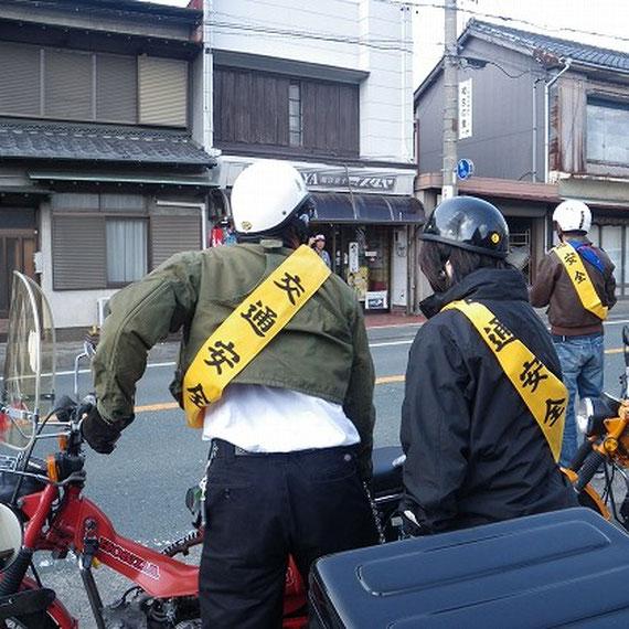"""④ポンポンサブレのお店に訪問しました。""""ポンポン""""とは、ホンダのオートバイに付けられた愛称です。本田技研の創業者「本田宗一郎」は私達の町天竜市(旧光明村)で生まれ不断の研究で「世界のHONDA」となりました。これにちなみ""""マスダヤ""""はポンポンサブレを発売、本田さんにまけない味の一枚一枚を手作りで心をこめて焼き上げました。どうぞ、ご賞味下さい。"""
