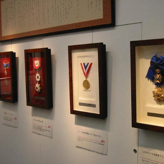 正三位 勲一等旭日大綬章 アメリカ自動車殿堂(AHF)記念メダル 北極星勲章ナイトコマンダー章 レオポルド二世勲章グラン・クロワ章 グランデ・ウフィチァーレ章 (向かって左から)