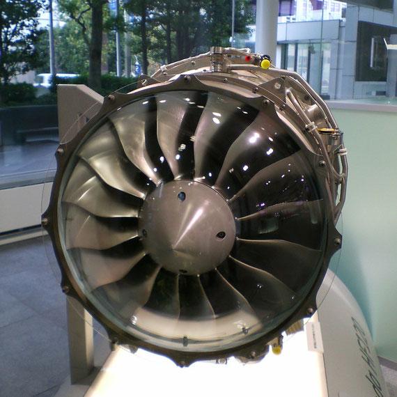 HONDA JET のエンジン HF120 ターボファンエンジン 燃費性能は30~35%UPしているとのこと