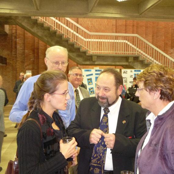 Ute Perlick et une de ses musiciennes discute avec Roger Blondel et Alain Dewaele