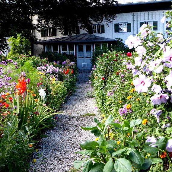 Wundervoller Sommergarten des Künstlers Julius Exter in Übersee am Chiemsee