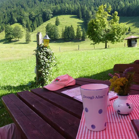 Heißer Tag auf der Doagl-Alm am Samerberg, zur Erfrischung gibt es Buttermilch