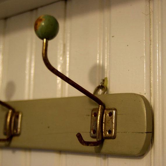 Retro-Kleiderhakenleiste, Auf der anderen Türseite entdeckt und wiederverwendet.