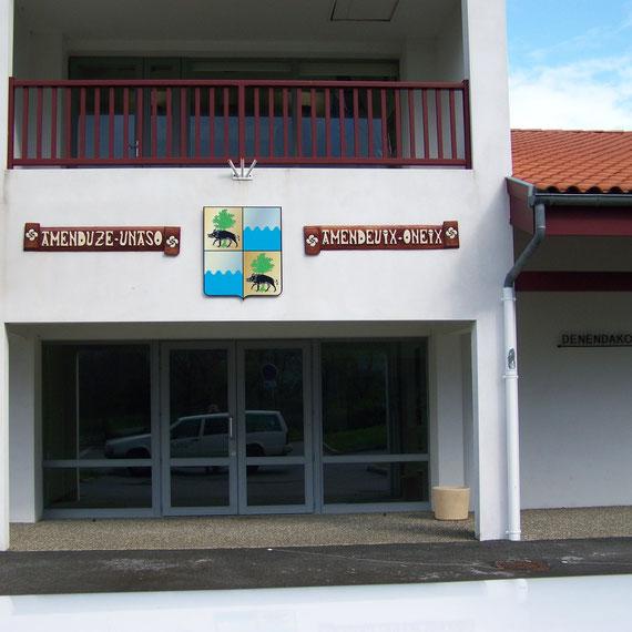 plaques extérieures: Kotibé. Les lettres sont peintes en blanc titane écru puis l'ensemble est vernis.