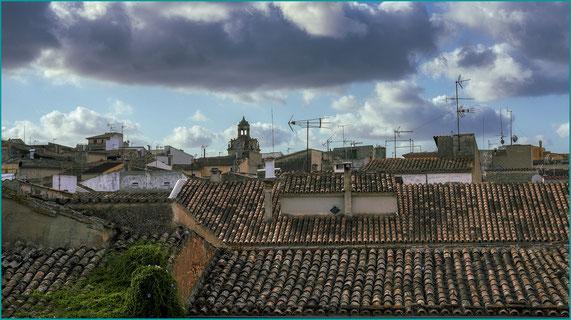 os telhados das casas vistos desde a muralha medieval