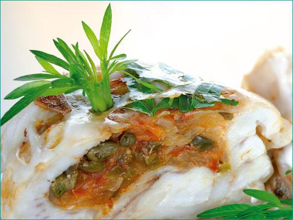 Bacalhau com tomate, cebola e alcaparras