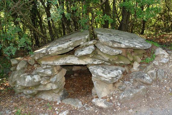Route de Sévirac, cazalet, entre dolmen et capitelle