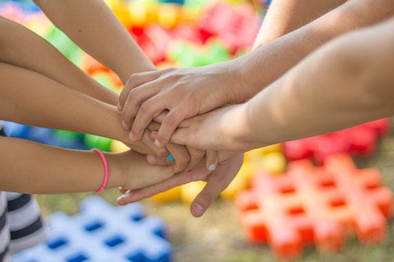 Foto: Hände die übereinander liegen