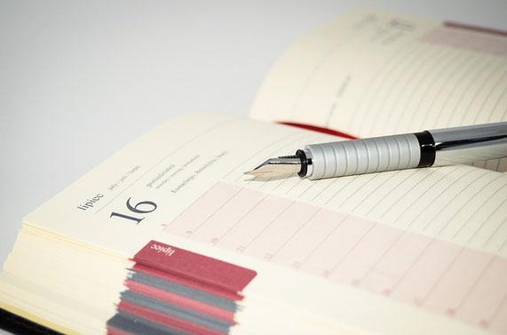 Ein Füller der auf einem aufgeschlagenem Buchkalender liegt