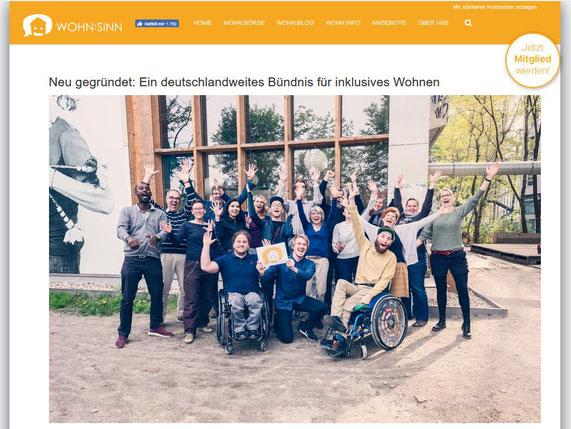 Bild: Menschen mit und ohne Behinderung stehen vor einem Fenster und jubeln.